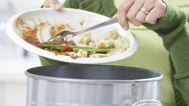Nên gạt thức ăn thừa trước khi cho vào máy rửa bát