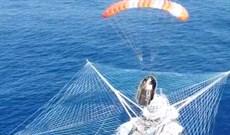 Kinh ngạc với cách SpaceX 'hứng' đầu tên lửa rơi xuống từ ngoài vũ trụ