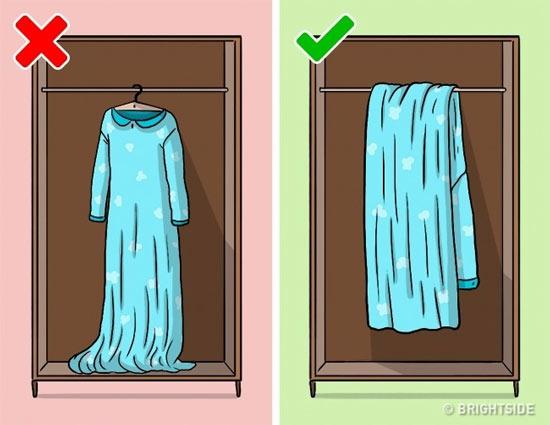 Treo những chiếc váy dài lên móc