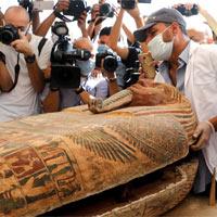 Khoảnh khắc Ai Cập mở nắp quan tài 2.600 năm tuổi, xác ướp còn nguyên