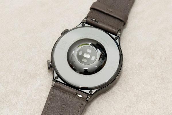 Mặt lưng của đồng hồ được làm bằng chất liệu gốm