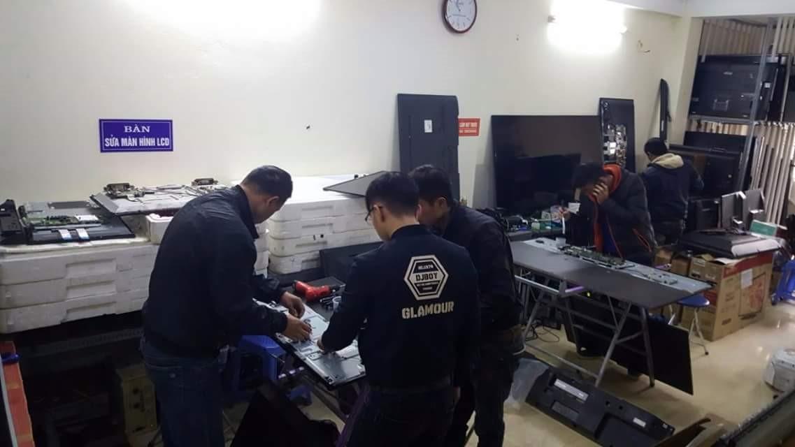 Kỹ thuật viên của trung tâm đang kiểm tra tivi cho khách