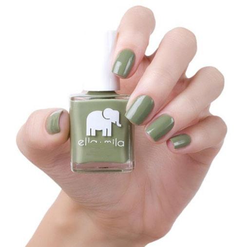 Mẫu nail màu xanh rêu sang trọng và quý phái.