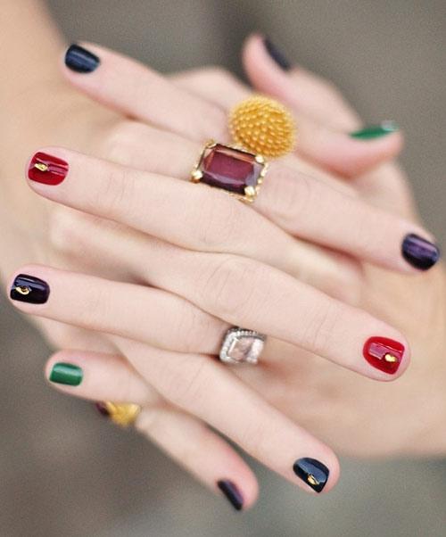 Mẫu Nail nhiều màu sắc giúp bạn nổi bật và gây ấn tượng.
