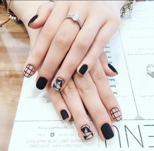 Mẫu nail đen trắng ấn tượng cho những cô nàng cá tính.