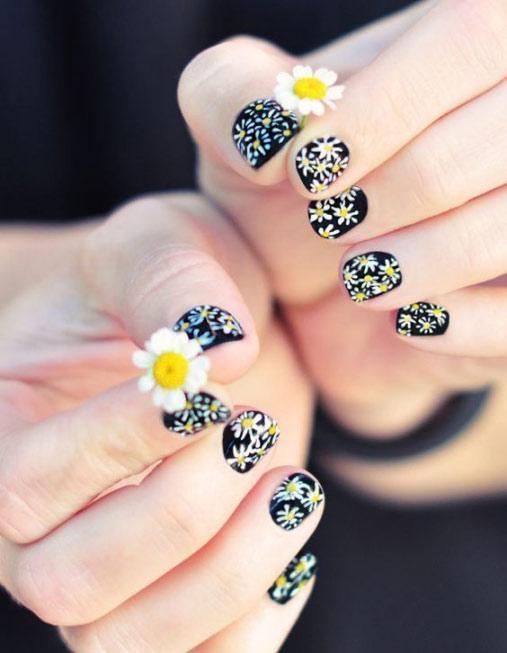 Mẫu nail hoa cúc được nhiều chị em yêu thích.