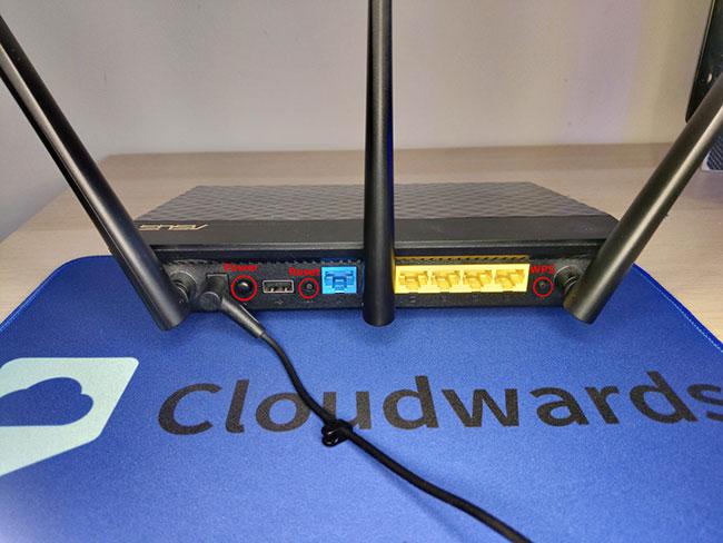 Trên router Asus trong ví dụ, nút Reset và nút nguồn nằm ở một bên trong khi nút WPS, được sử dụng để xóa RAM, nằm ở phía bên kia