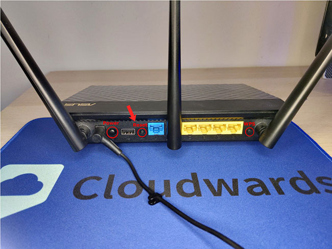 Trên router, giữ nút Reset trong toàn bộ thời gian firmware mới được hiển thị