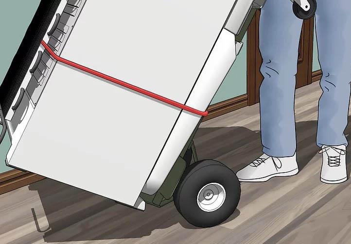 Bạn nên đi theo hướng ngược lại với độ nghiêng của tủ lạnh để duy trì sự an toàn