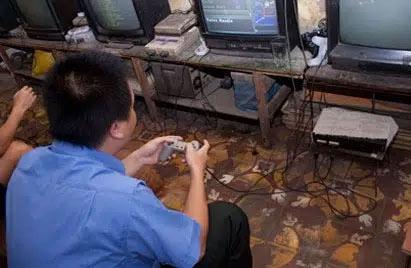 Ngày xưa được vào quán điện tử kiểu này chơi là niềm mơ ước của biết bao đứa trẻ chứ làm gì có quán cyber như bây giờ.