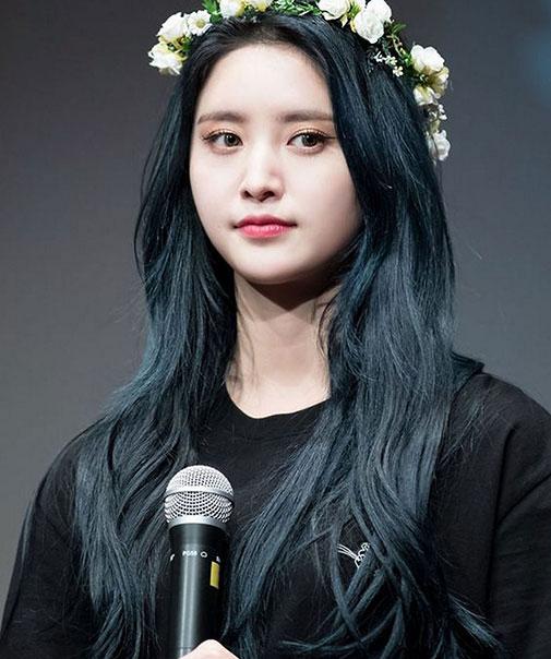 Màu tóc xanh đen (đen đậm hơn) nâng tông da ấn tượng.