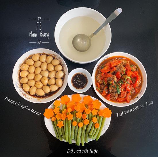 Trứng cút ngâm tương, thịt viên xốt cà chua, đỗ và carot luộc.