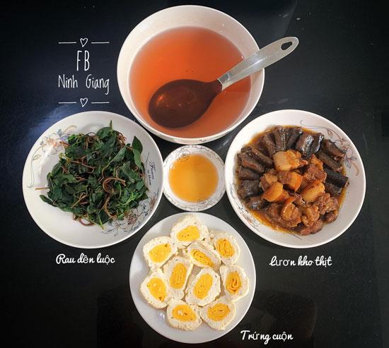 Rau dền luộc, lươn kho thịt, trứng cuộn.