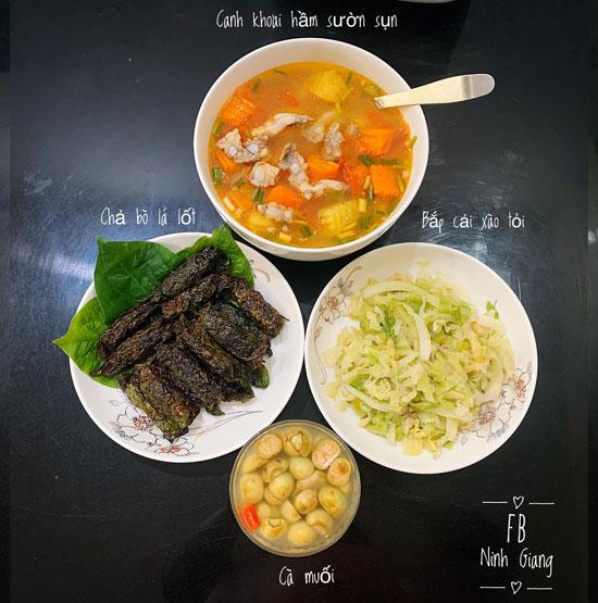 Chả bò lá lốt, cà muối, bắp cải xào tỏi, canh khoai hầm sườn sụn.
