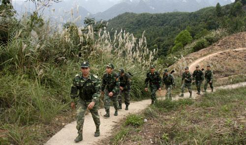Các chiến sỹ Đồn Biên phòng tuần tra đường biên, mốc giới. Ảnh: Báo Lạng Sơn.