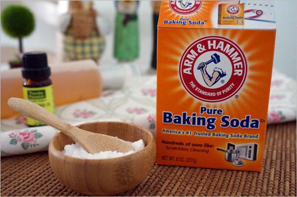Tẩy sạch vết bẩn trên vách kính phòng tắm bằng baking soda