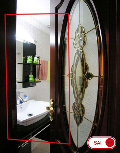 Mở cửa phòng tắm vào phòng chức năng sau khi tắm xong