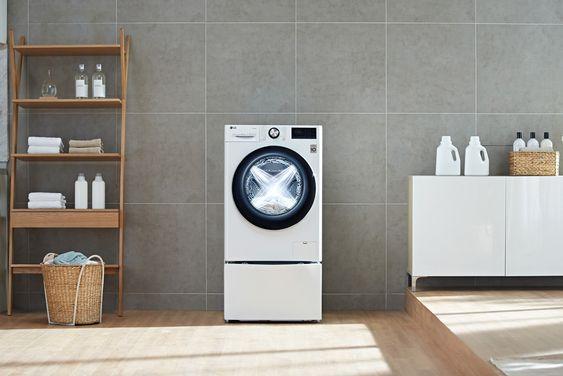 Máy giặt nên được kê trên giá đỡ để tránh tiếp xúc với sàn nhà ẩm ướt