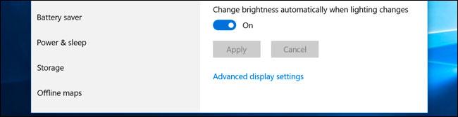 "Bật hoặc tắt tùy chọn ""Change brightness automatically when lighting changes"""