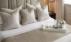 Vì sao giường khách sạn luôn đặt nhiều gối trên giường dù chỉ 1 người nằm?