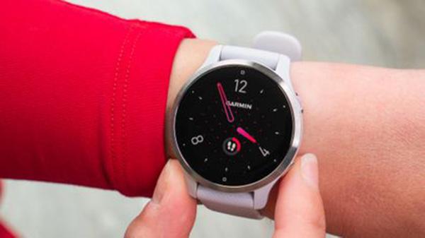 Thao tác tùy chỉnh trên đồng hồ cũng rất dễ dàng