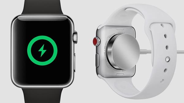 Cắm dây sạc từ tính và hiển thị trên màn hình Apple Watch
