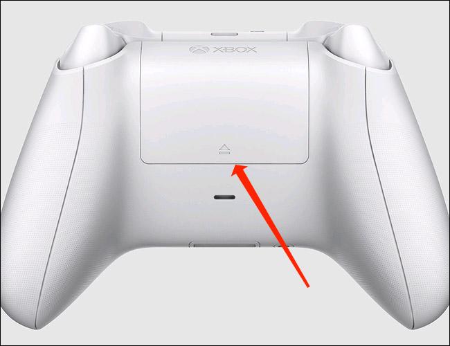 Tháo pin khỏi tay cầm Xbox