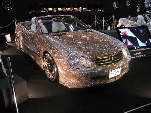 Chiếc Mercedes này được dát 300.000 viên kim cương có giá 4,8 triệu USD (cỡ 110.800 tỷ đồng).