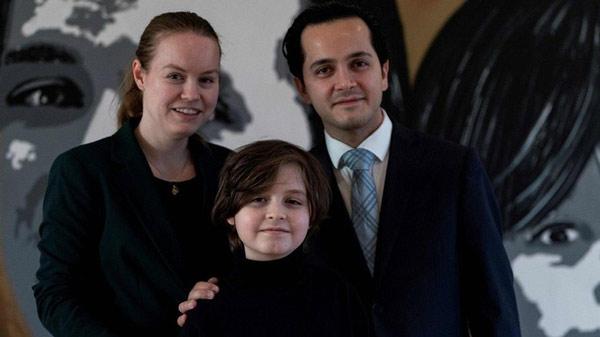 Thần đồng Laurent Simons và bố mẹ. Ảnh: AFP.