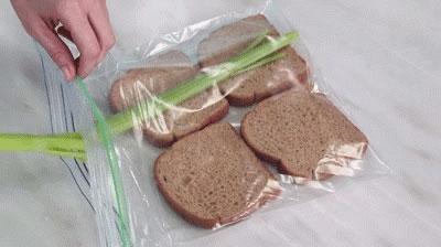 Bảo quản bánh mì bằng vài cọng rau cần