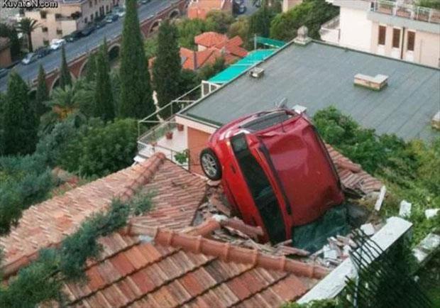 Chiếc ô tô này biết bay chăng? Nếu không làm thế nào mà nó lên đó được nhỉ?