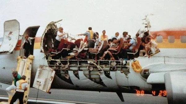 Ngày 28/4/1988, khi đang bay trên không trung ở độ cao 7,3 km, máy bay phản lực sở hữu bởi hãng hàng không Aloha Airline bị xóa toạc phần nóc. Sau sự cố, đã khiến một tiếp viên bị hút ra khỏi máy bay và không bao giờ được tìm thấy thi thể. Sau đó, máy bay vẫn hạ cánh an toàn.