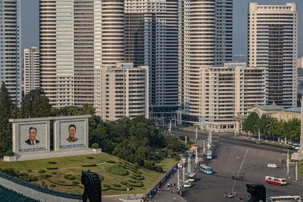 Phía đông của thành phố là các khu chung cư được xây dựng theo phong cách Liên Xô