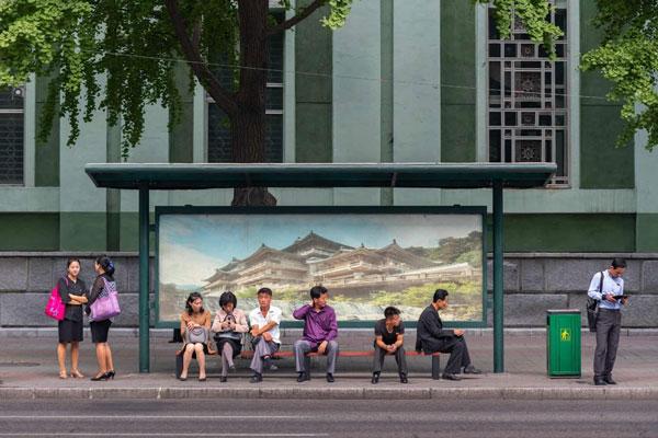 Các tranh vẽ tượng đài, các câu cổ động, truyền cảm hứng vì sự tốt đẹp hơn của xã hội được đặt tại các nơi công cộng như trạm xe buýt, biển quảng cáo..