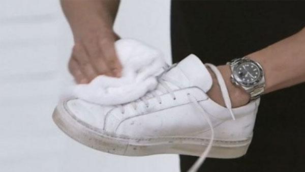 Làm sạch giày đúng cách